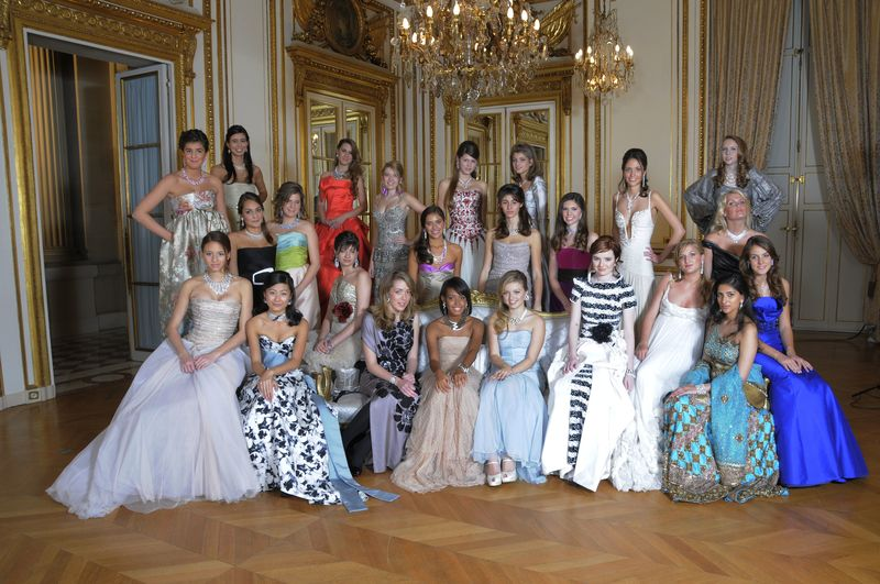 Official group picture of the 2009 new debs at the Hôtel de Crillon